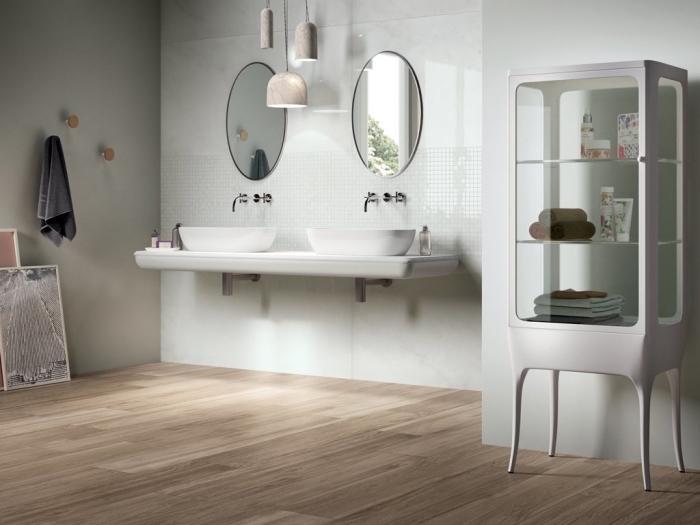 idée revetement mural salle de bain avec panneaux blanc laqué, meuble rangement salle de bain en blanc et verre