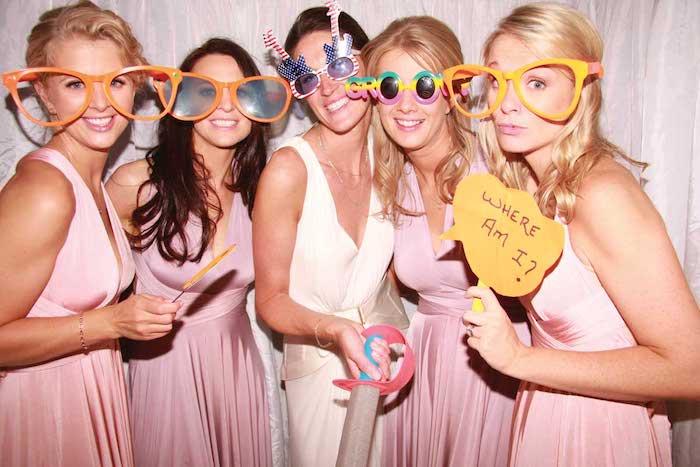 Amies en robes rose pale, jeux soirée, idée animation anniversaire adulte, amusement mariage, photobooth idée avec la mariée et les demoiselles d'honneur