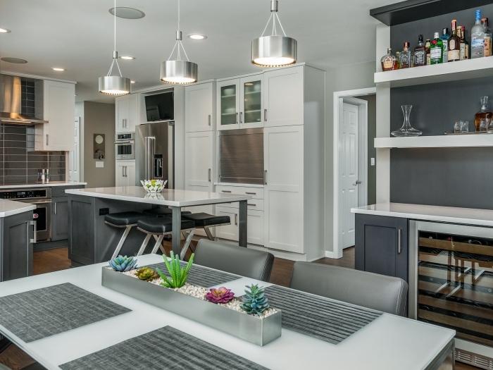 quel éclairage pour cuisine moderne, rangement mural avec étagères blanches, plan de travail cuisine en blanc