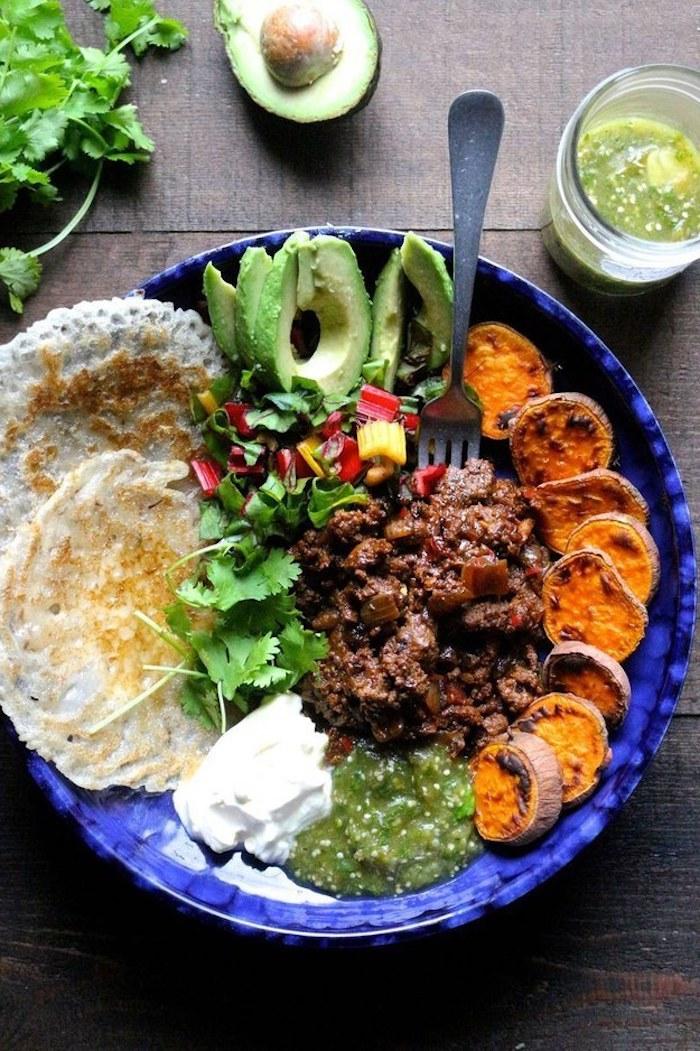 Avocat et crêpes apero, idée de repas d anniversaire, plat personnel pour chacun avec choses gourmands