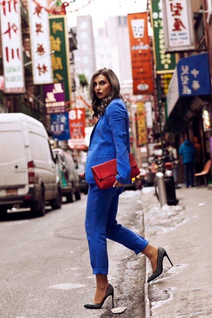 idée ensemble tailleur femme chic en bleu, comment bien s'habiller femme, modèle de costume bleu avec chaussures hautes