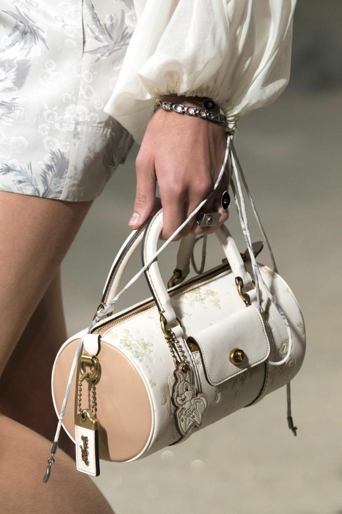 sac tubulaire blanc, un modèle original de sac à main, robe courte, manches amples