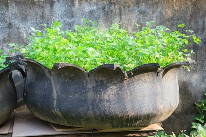 pneu recyclé pot de fleur, déco pour le jardin à fabriquer soi-même, deco recup pneus