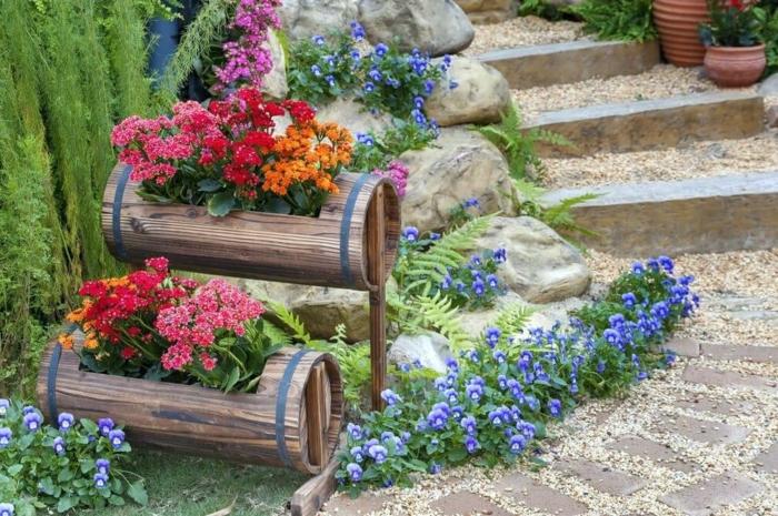 tonneaux en bois, fleurs plantées, grandes pierres, escalier, cailloux, décor de jardin miraculeux