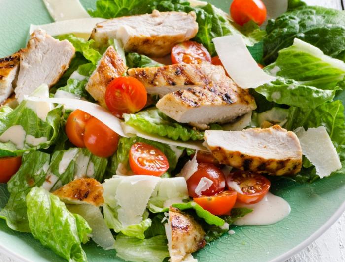 préparer une salade poulet, tomates cerises découpées, laitue, parmesan en tranches fines