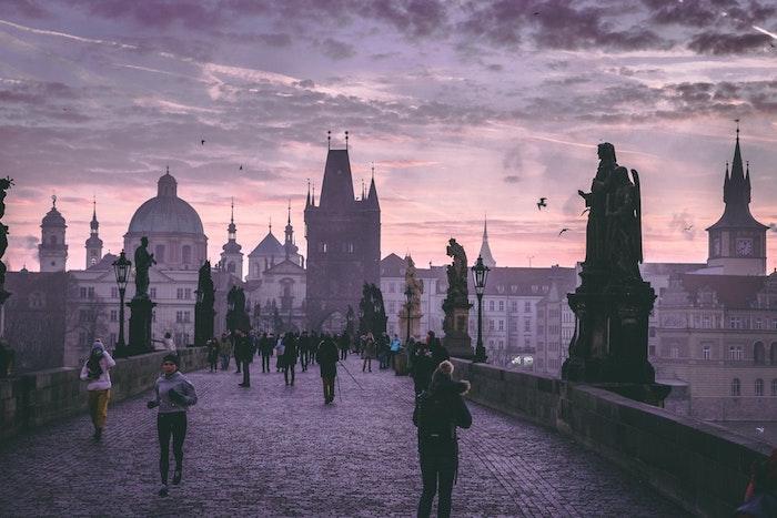Prague mystique au coucher de soleil, europe paysage idée, beau paysage ville, image à télécharger gratuitement ponte Charles et vue de la ville ancienne