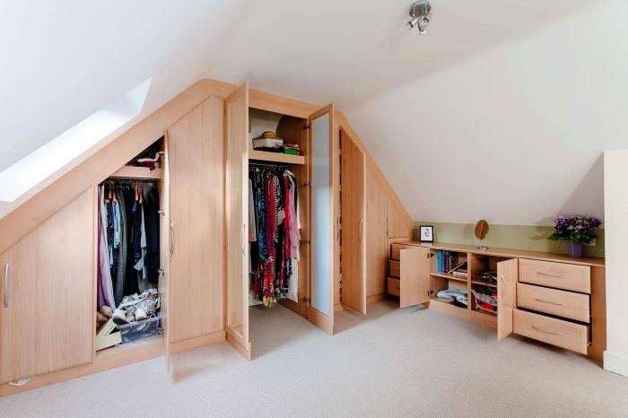 pièce dressing sous pente avec placard sur mesure encastré au mur et un meuble de rangement posé à mi-hauteur