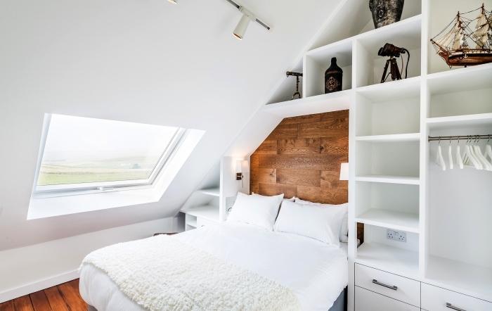 petite chambre à coucher mansardée avec meuble sous pente sur mesure aménagé autour du lit