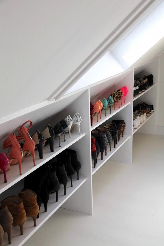 l'aménagement d'un dressing sous pente avec meuble de rangement pour chaussures à étagères