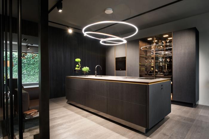 exemple facade cuisine moderne, revêtement de plancher en bois stratifié clair, idée éclairage pour cuisine moderne