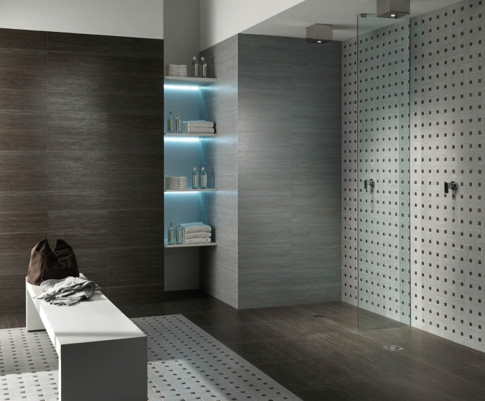 modèle de lambris mural à effet bois foncé, quel rangement pour accessoires salle de bain, agencement salle de bain avec cabine de douche
