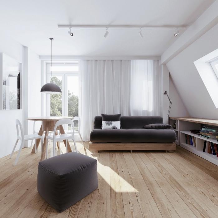 idée d'aménagement de l'espace sous les rampants, un meuble sous pente bas avec étagères