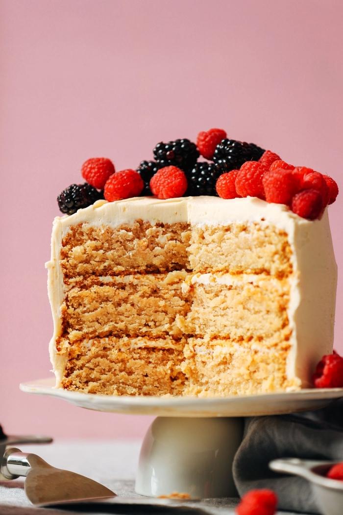 recette vegan de layer cake à la vanille à base de farine d'amandes, au glaçage de crème beurre vegan, gateau amande composé de trois génoises
