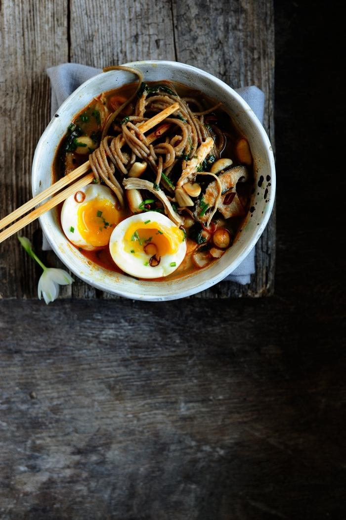 recette de ramen au poulet et à la sauce miso garni d'oeufs mollets, idée quoi faire a manger ce soir