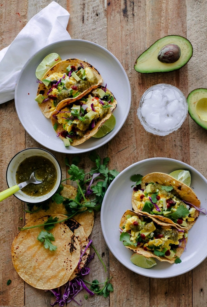 recette rapide pour le soir, des tacos mexicains d'oeufs brouillés, tortilla aux oeufs brouillés, à l'avocat et à la salsa verde