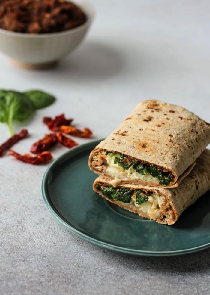 recette de wraps aux oeufs brouillés, aux épinards et aux tomates séchées, recette rapide pour le soir ou pour un apéro dînatoire