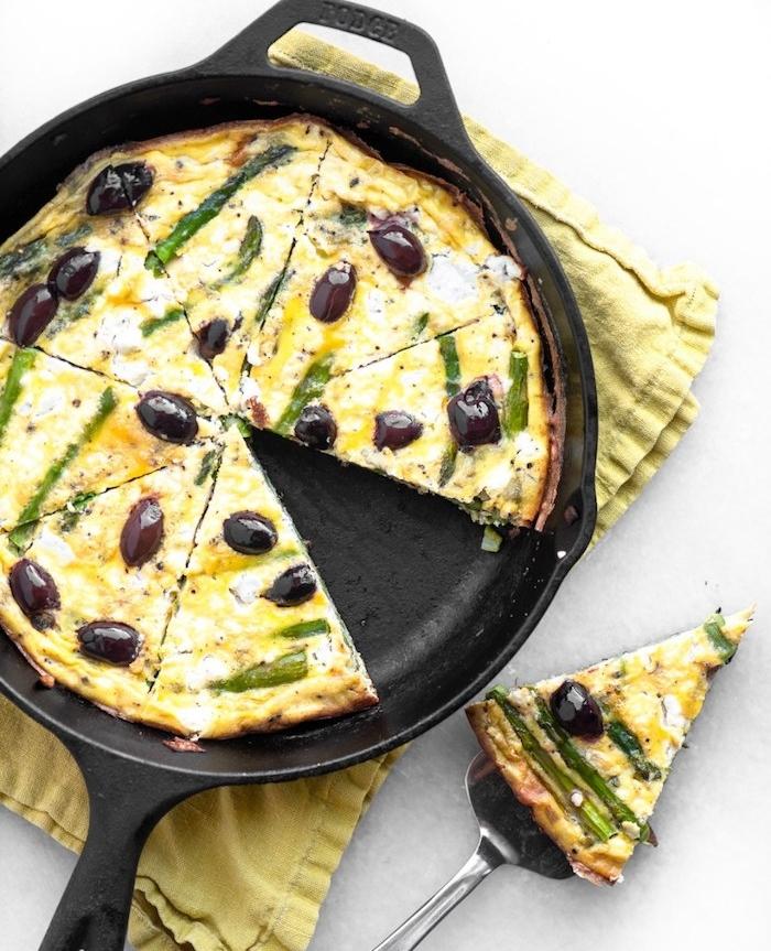 idée facile cuisiner frittata aux asperges, olives, fromage de chèvre avec des oeufs, plats végétariens faciles à préparer