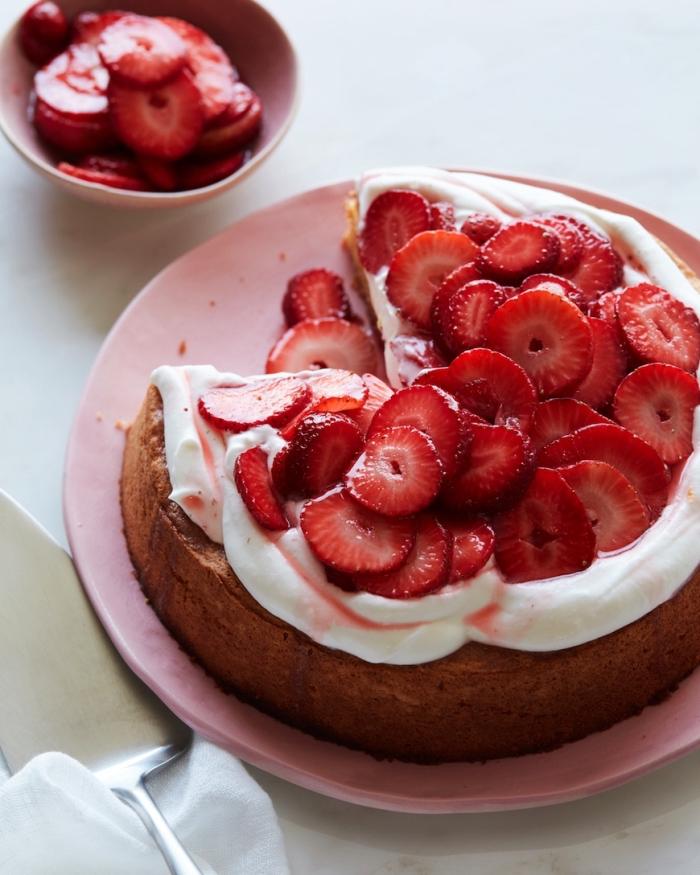 recette facile de gateau aux amandes sans gluten nappé de crème fouettée et décoré de tranches de fraises