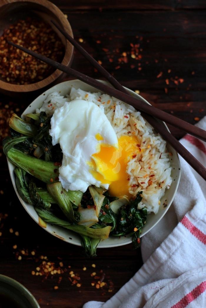 recette de bol de déjeuner healthy de riz, d'oeuf poché et de poireau, idée de recette d'été plat unique de riz et d'oeufs