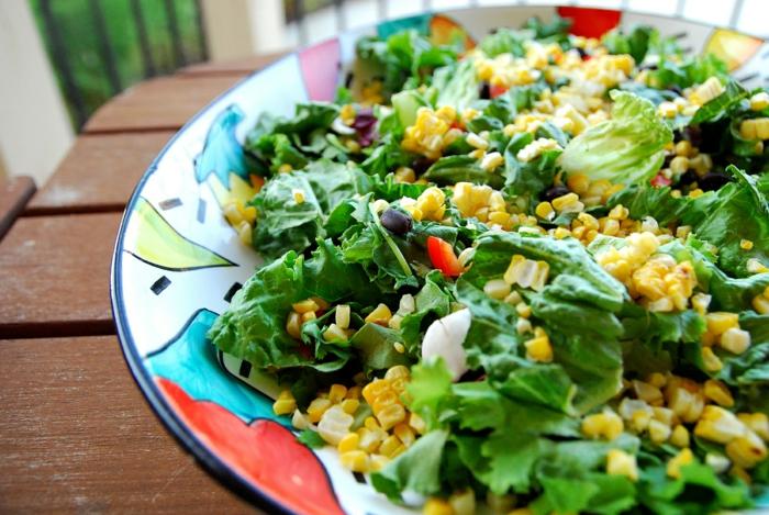 assiette colorée, mais, salade laitue, olives, salade verte, tomates cerises, radis, que mettre dans une salade verte
