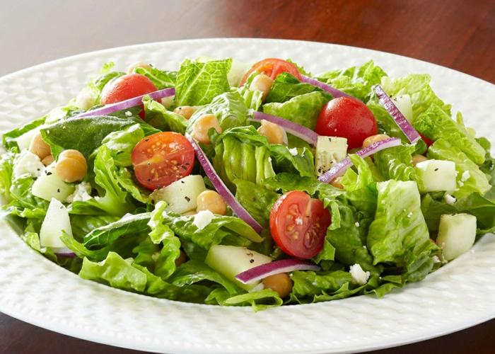 salade romaine, iognon, tomates cerises, pommes en cubes, soja, salade verte composée