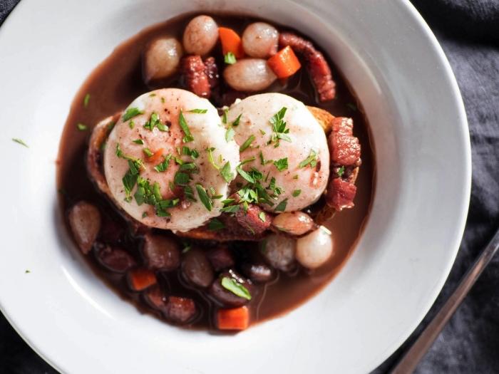 recette des oeufs en meurette pochés en vin rouge et garnis d'oignons grelot, idée repas rapide avec des oeufs pochés