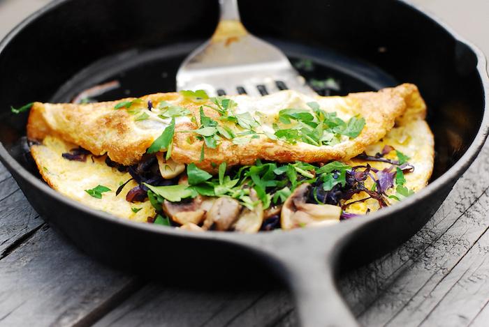 faire une omelette aux champignons et épinards, idée repas rapide soir à faire en moins de 10 minutes