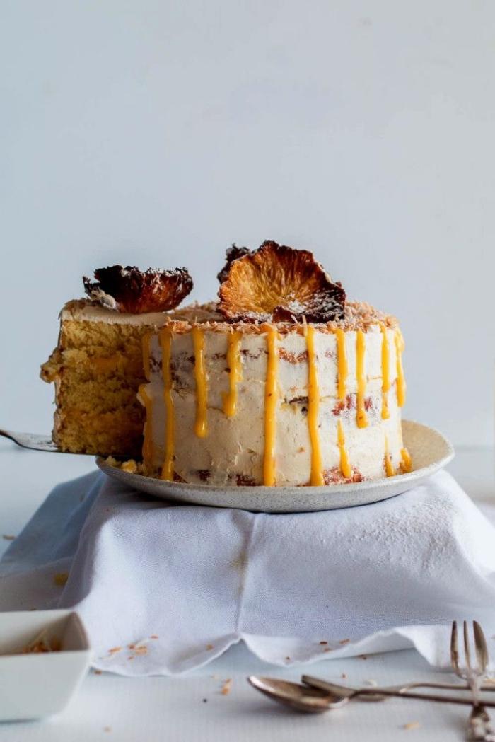 layer cake original à l'ananas et à la noix de coco au glaçage aux fruits de la passion, idée de gâteau sans gluten idéal aussi sain que gourmand