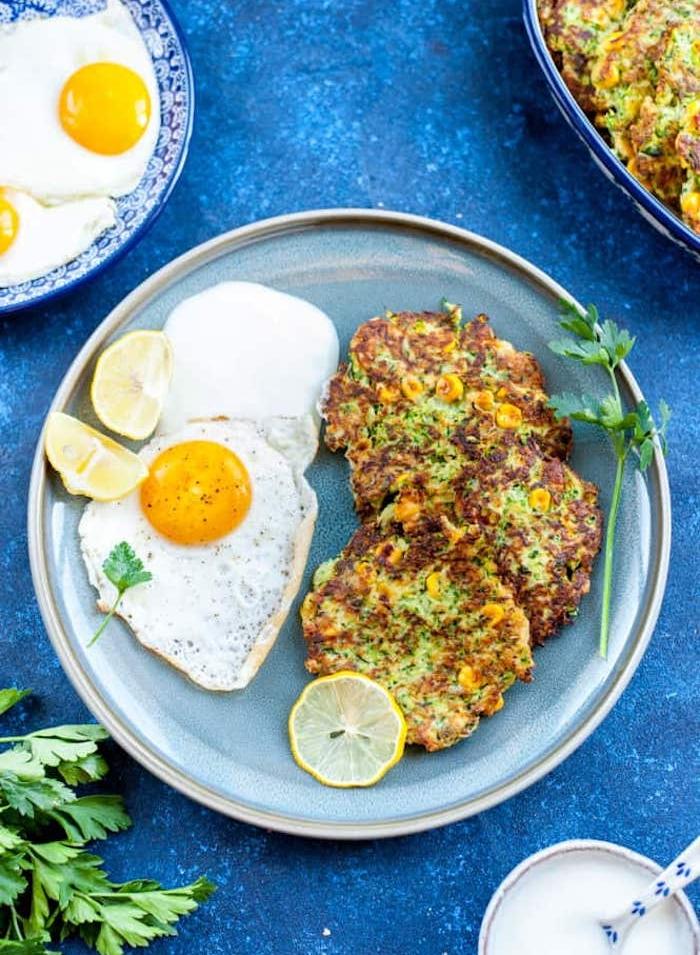 exemple de recette végétarienne facile, rostis aux légumes, courgettes et mais servis avec oeuf et yaourt grec