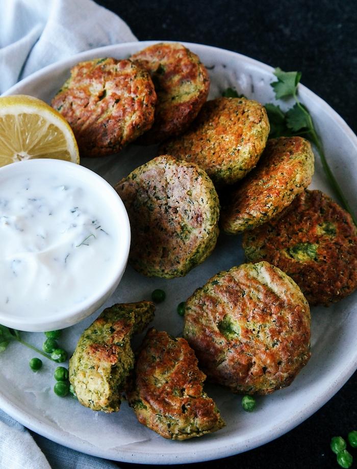 idée comment faire des rösris aux petits pois avec de la sauce au yaourt, plats végétariens pour le soir