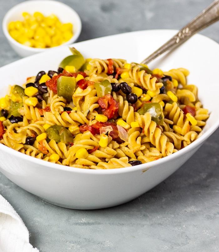 pâtes aux légumes avec des haricots noirs, poivrons, maïs, recette facile pour le soir, salade aux pâtes