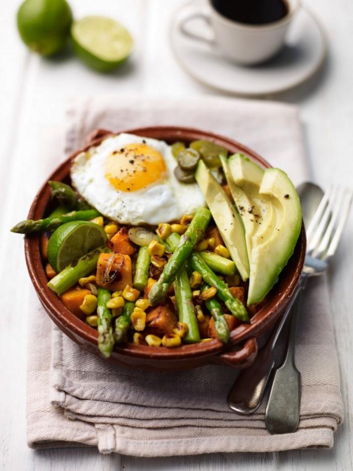 recette healthy de bol déjeuner aux oeufs au plat, aux patates douces et aux légumes