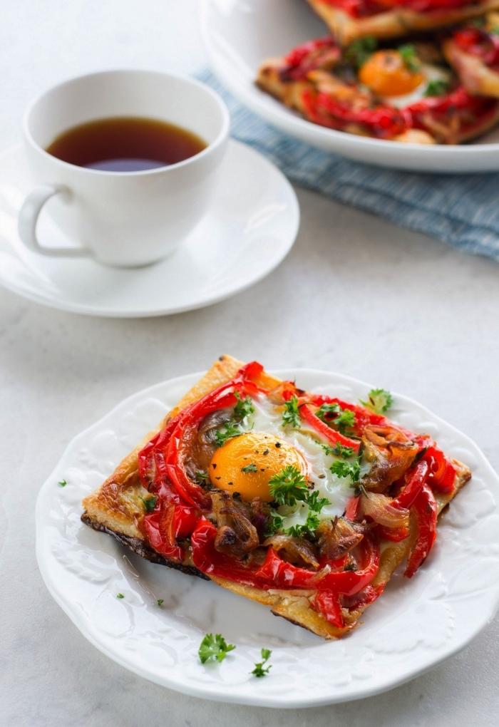 recette salée avec des oeufs, des galettes aux oeufs, aux poivrons et aux champignons