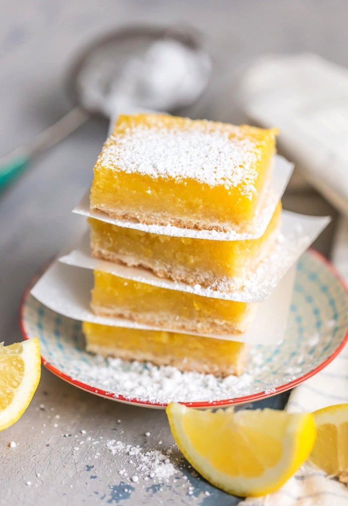 des carrés au citron sans gluten saupoudré de sucre glace, dessert sans gluten facile et rapide