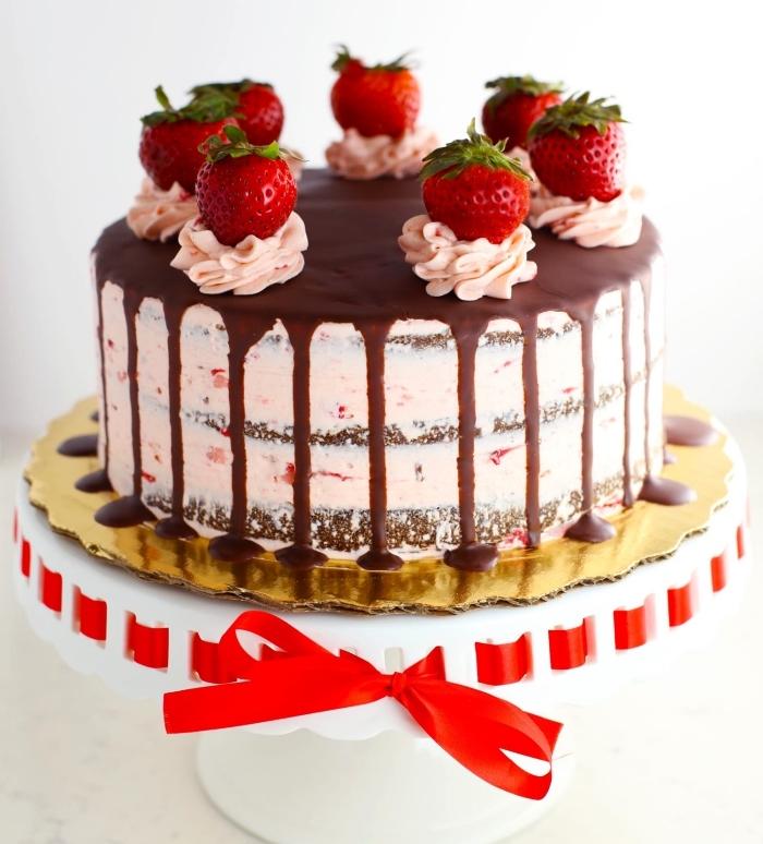 recettes sans gluten de gâteaux d'anniversaire, gâteau chocolat et fraises au glaçage coulant sans gluten