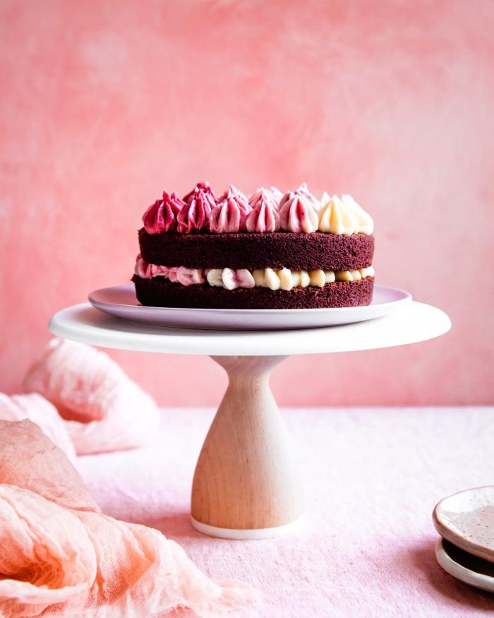 recette de patisserie sans gluten, gâteau red velvet avec un joli décor de glaçage dégradé en forme de roses