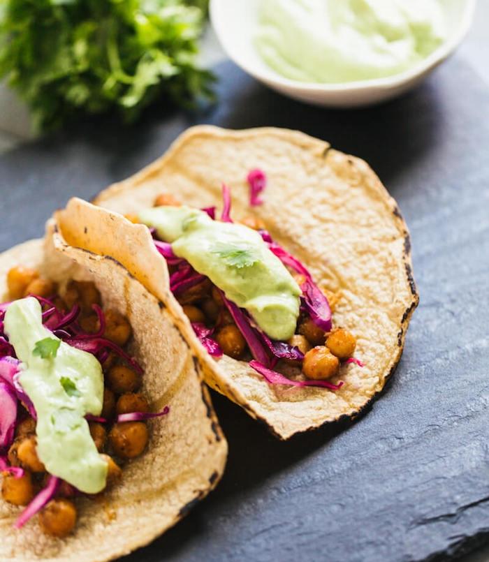 idée de tacos végétariens aux pois chiches épicées, chou et crème à l'avocat, recette facile pour ce soir