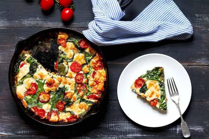 recette frittata facile aux épianrds, fromage de chèvre et tomates cerise, idée de recette végétarienne facile diner