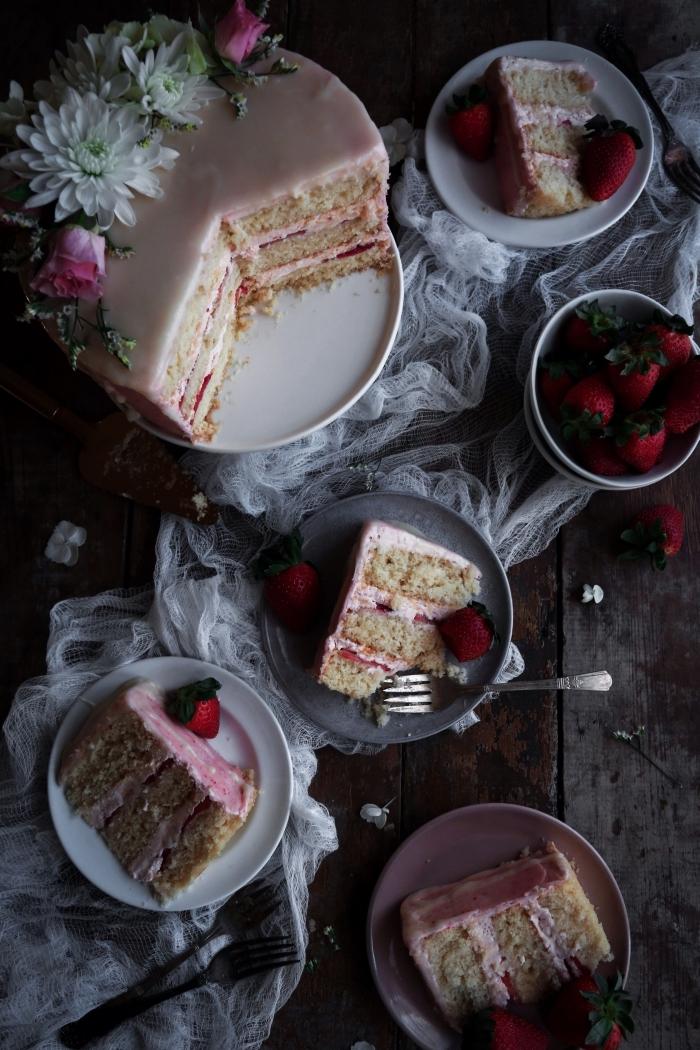 recettes originales de la patisserie sans gluten, gâteau d'anniversaire vanille et fraie au glaçage de crème beurre aux fraises