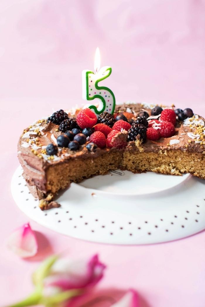 recette sans gluten de gâteau d'anniversaire sans gluten nappé de ganache vegan et décoré de fruits rouges frais
