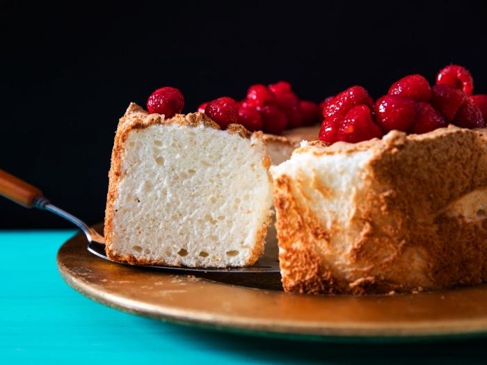 gateau au yaourt sans gluten facile et rapide, moelleux à la vanille à base d'un mélange de farines sans gluten, décoré de fraises