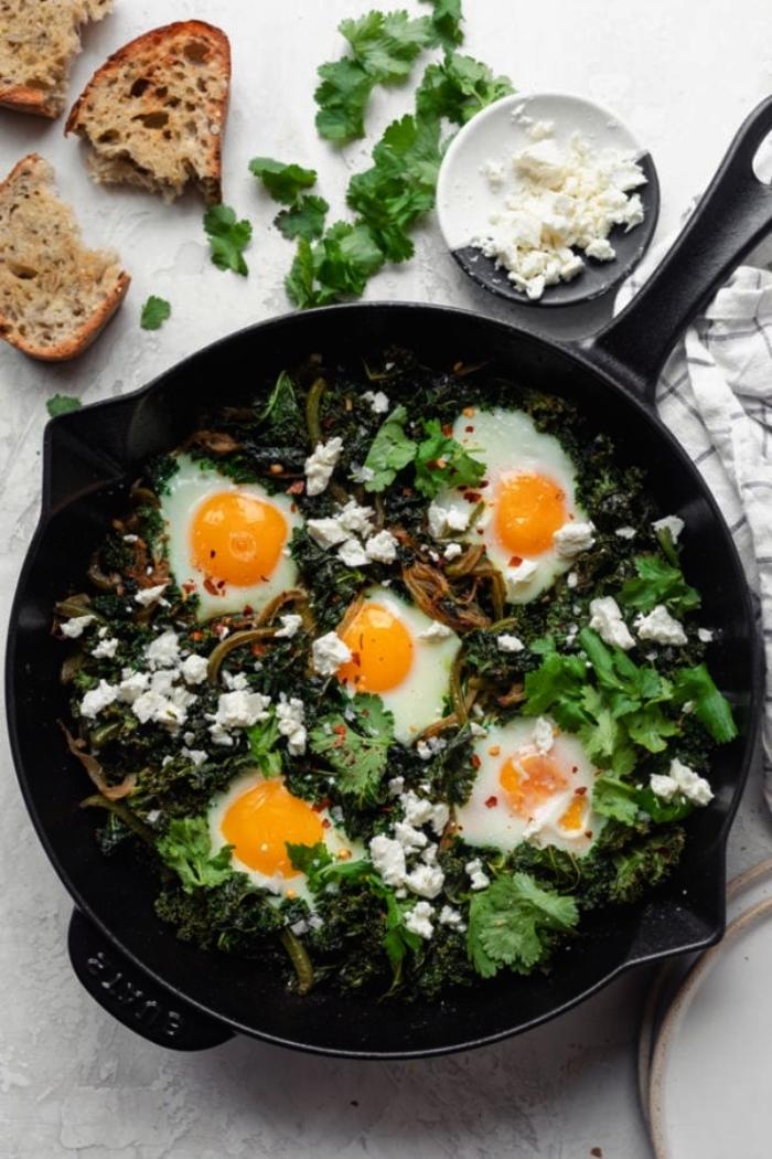 que faire a manger ce soir, recette de chackchouka verte aux oeufs, au fromage, au chou kale et aux poivrons verts