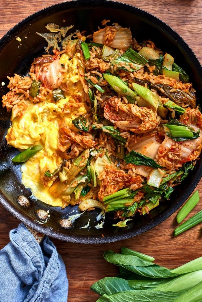 repas du soir facile et rapide, recette de riz frit au kimchi, aux oeufs et aux légumes verts