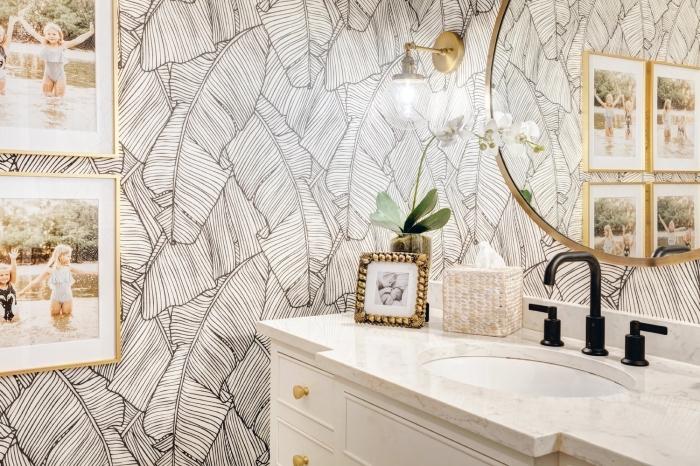 papier peint pour salle de bain aux motifs feuilles exotiques, déco salle de bain en blanc et noir avec accessoires en or