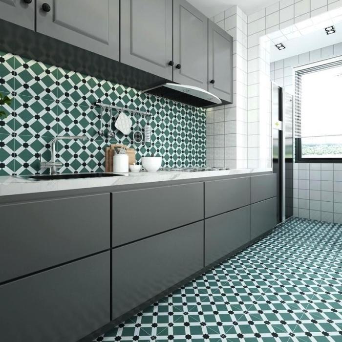 idée de revêtement de sol et mur imitation carreaux de ciment graphiques en vert et blanc, une crédence cuisine imitation carreaux de ciment qui rehausse l'élégance de la cuisine
