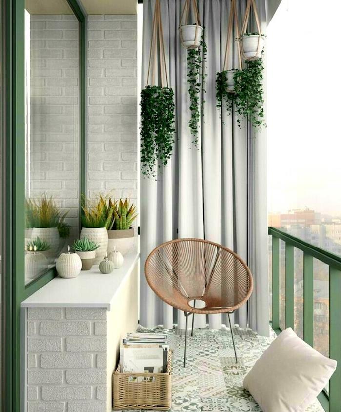 plantes en pots suspendus sur un balcon avec brise vue en rideau gris, chaise de balcon design, revetement sol carrelage oriental, bac de rangement