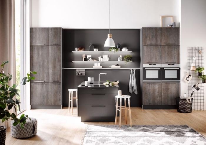 comment décorer une cuisine scandinave avec meubles bois foncé, exemple rangement mural avec étagères