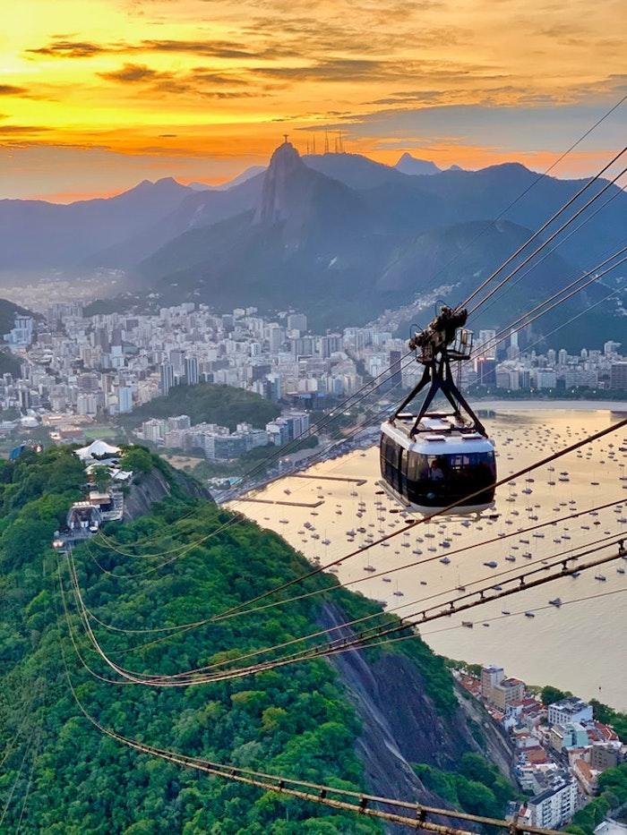 Rio de Janeiro beau paysage urbain et nature en un, fond d'écran paysage, beauté contemporaine ville au coucher de soleil