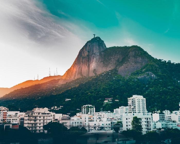 Brésil Rio au coucher de soleil, le colin avec la statue de Jesus, paysage ville, fond d'écran paysage, lignes épurées et couleurs froides