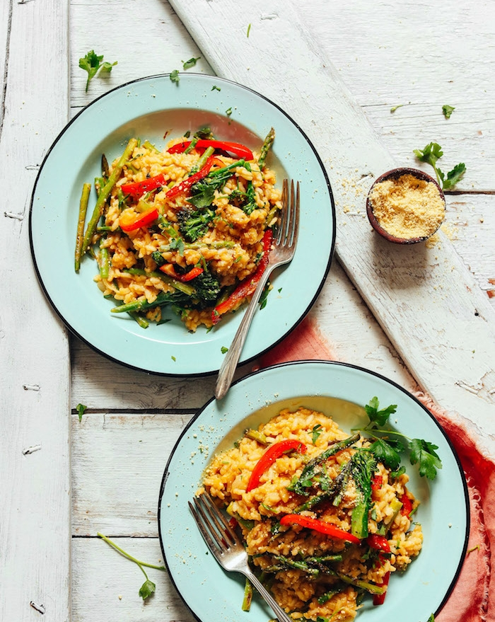 interprétation de recette italienne classique de risotto aux légumes, poivrons, asperges, échalottes avec parmesan